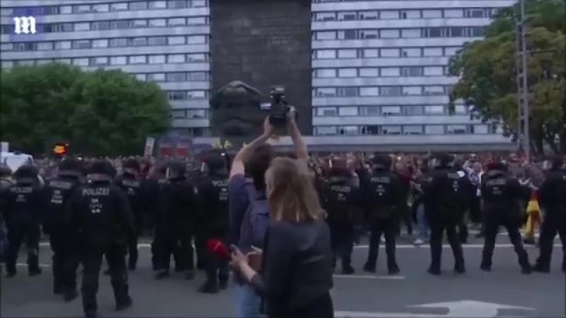 V Saské Kamenici (Chemnitz) 82018 Predpokladam že ho čoskoro zablokuju v tejto demokracii.