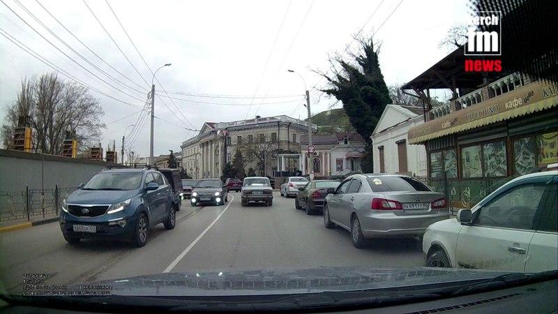 В Керчи огромная пробка из за аварии на Адмилартейском проезде