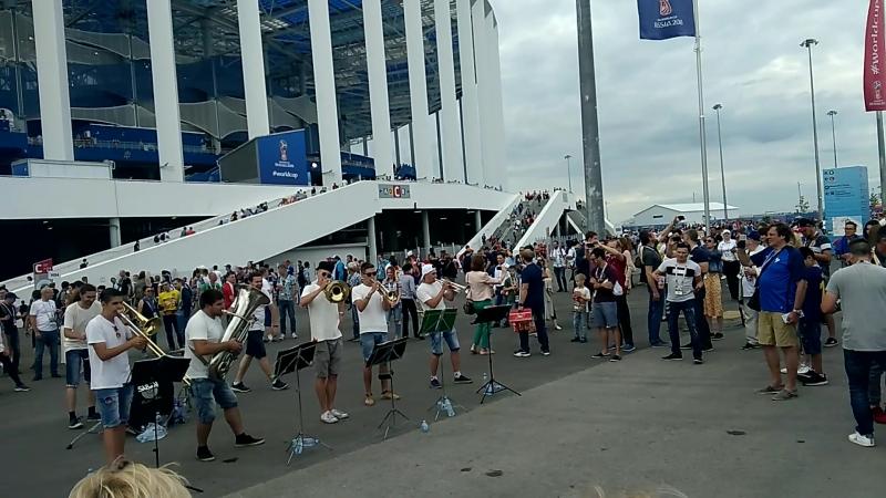 Духовой оркестр перед Нижний Новгород Ареной играет На лабутенах