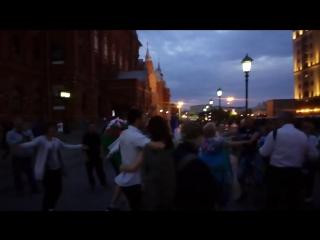 Вот как Москва встречает своих госте)) Дружба народов Русском народные песни- танцы на Красной площади Атмосфера радует))