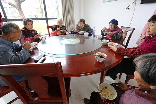 Заработав миллионы, китаец Сюн Шуйхуа вернулся в родную деревню Сюнкэн и отстроил ее заново CCY4VLyO0vQ