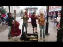 Случайная прохожая спела с уличными музыкантами - Такого, как Путин