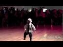 2-х летний малыш танцует.Это круто !!