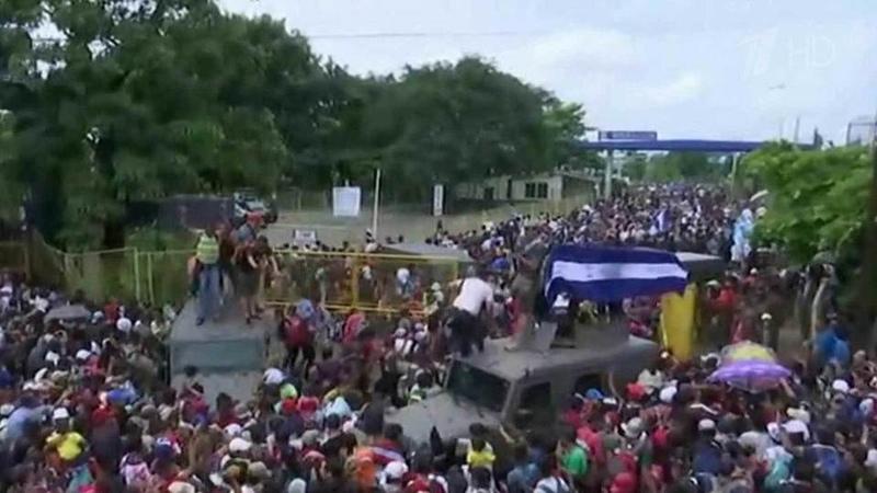 Многотысячный караван беженцев изГондураса стремительно движется наВашингтон