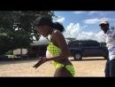 Две черные девушки танцуют на пляже