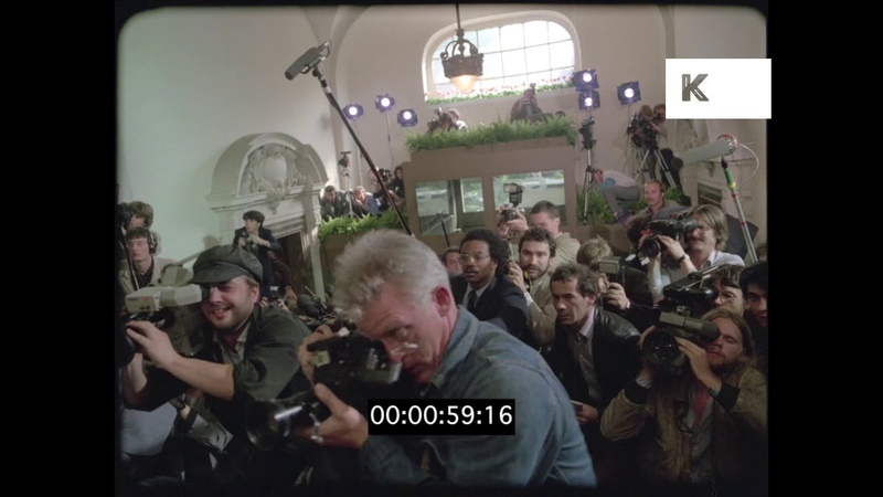 1970s Media Scrum, Press Conference, Journalists, USA, 35mm