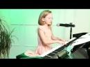 Девочка поёт, голос и песня оч красивые