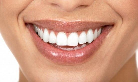 Рецепт помогает практически при любых заболеваниях десен, и при этом почти моментально отбеливает зубы, растворяет камень, и залечивает маленькие ранки во рту. от пародонтоза, воспаления десен, от черноты у корней зубов, от зубного камня и любого болезненного состояния во рту, а также от плохого запаха изо рта.   Нужно сделать простую пасту:  - 0,5 ч.л. питьевой соды.  - 10-20 капель перекиси водорода..