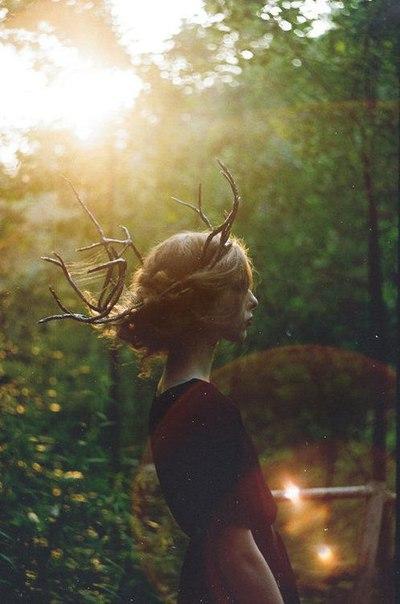 Русая Ведьма не слишком любила надевать ритуальные маски, но иногда делала это для наиболее успешного завершения магического обряда. Для вызова дождя она водружала на голову маску Оленя, для