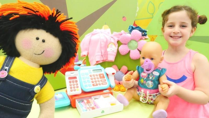 Oyuncak bebek için alışveriş yapıyoruz. Kız oyunları