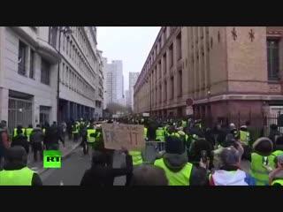Жёлтые жилеты в Париже на протесте против французских СМИ скандируют: Merci RT!