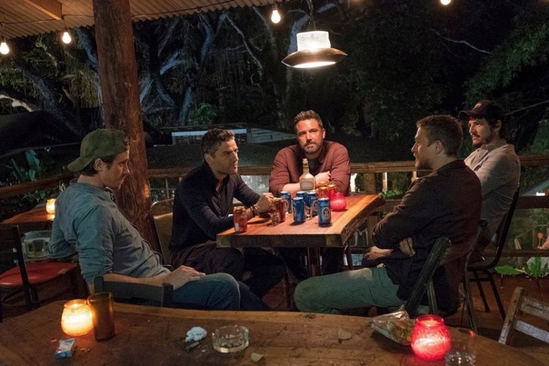 Бен Аффлек и его банда на кадре из боевика «Тройная граница» Netflix показали новый кадр из криминального экшен-триллера «Тройная граница» с Беном Аффлеком, Оскаром Айзеком, Чарли Ханнэмом,
