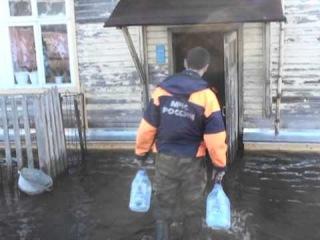 КРАСАВИНО паводок 27 апреля 2013  и 28 апреля - раздача продуктов спасателями