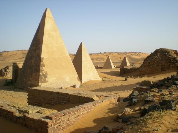 Пирамиды Нубии Свидетельства тесной взаимосвязи древних культур великого Египта и Мероитского царства обнаружены на севере Судана. В сухой Нубийской пустыне археологи раскопали 35 пирамид,