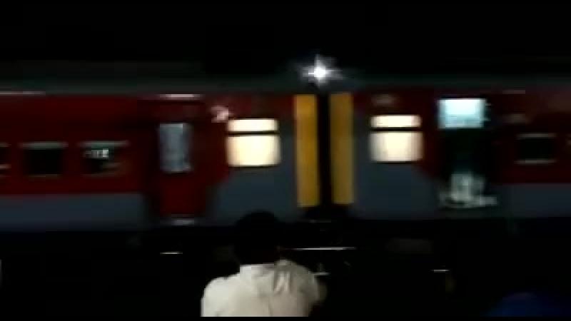 Поезд с пассажирами случайно укатился со станции в Индии – уникальное видео