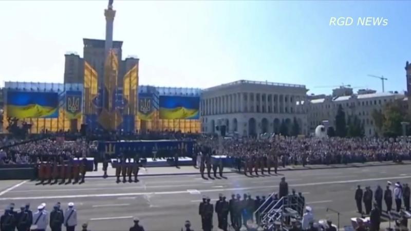 Два солдата потеряли сознание во время речи Порошенко в честь дня независимости Украины.