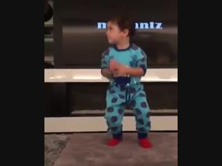 Дети Месси врываются под песню «I'm sexy and I know it»