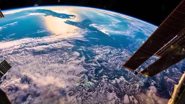 Добро пожаловать домой - Земля, говорит Солнечный ветер - 4. Проверка связи Проверка связи, Земля... Динамики, как обычно, тихо отозвались шуршанием помех радиационного поля. Молодой парень в