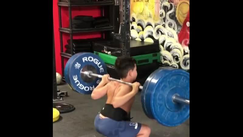 Мальчик, которому 11 лет приседает 100 кг vfkmxbr, rjnjhjve 11 ktn ghbctlftn 100 ru