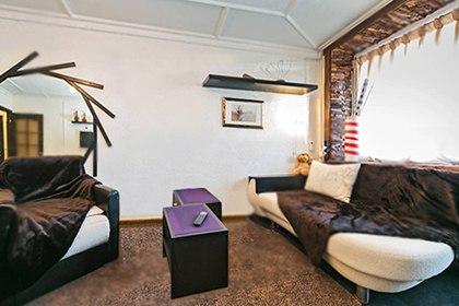фото-диванный уголок в комнате | Квартира на сутки в Москве, Россия, Москва-Сити, Экспоцентр, метро Белорусская, 1905 года