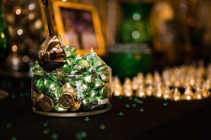 uUg5fjxBmWE - Золотые и серебряные свадебные торты 2016 (70 фото)