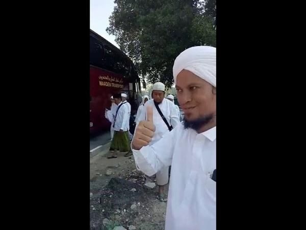 Turun dari bus menuju museum kakbah