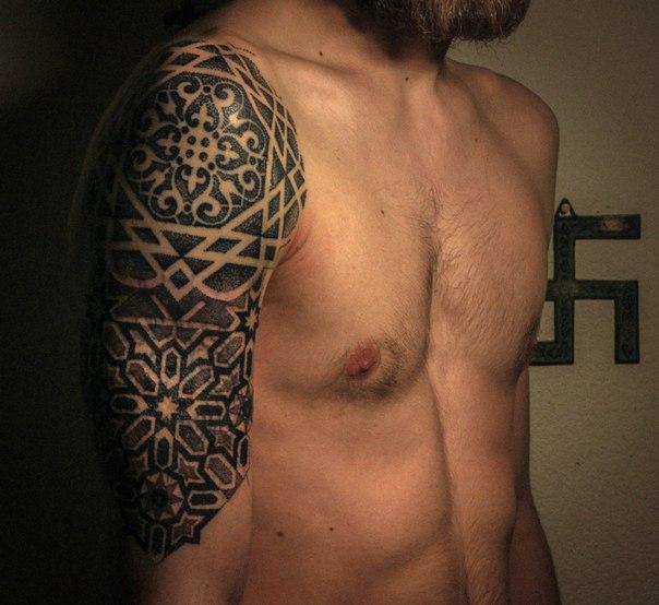 Орнаментальная татуировка на плече, дот ворк, Ярослав Горбунов.