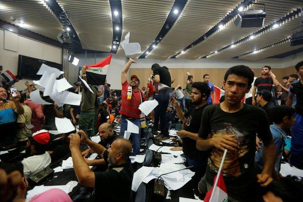 Internacionales: Declarado estado de emergencia en Bagdad manifestantes toman parlamento iraqu�