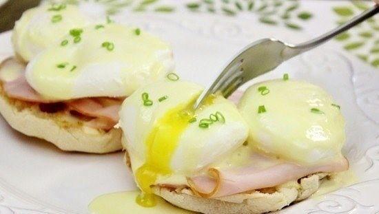 яйца бенедикт ингредиенты: бекон — 8 ломтиков белый уксус — 1 ст. л. горячая вода — 2 ст. л. лимонный сок — 1 ст. л. петрушка/зеленый лук — по вкусу яичные желтки — 3 шт. яйца куриные — 8 шт. приготовление: 1. наполните сковороду почти до краев