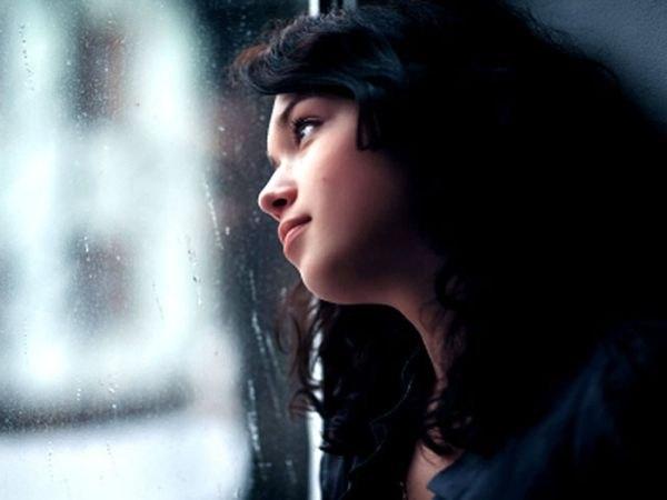 Фото девушка смотрит в окно
