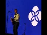 Крис Мартин (Coldplay) поёт о шортах ДиКаприо