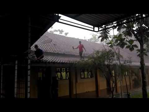 Что делают индонезийцы мальчики во время дождя ماذا يفعل شبابنا عند نزول المطر
