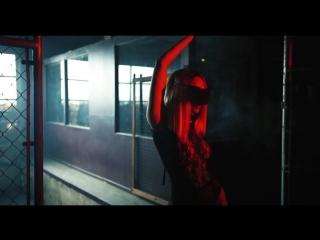 """Julia Bry in music video """"Ari Ari"""""""