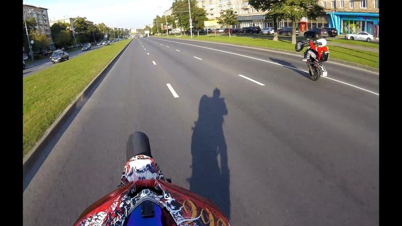 Мотард и спорт на задних (4к). Motard and sport in the wheelie (4k).