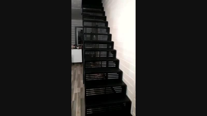 В загородном доме установили необычную лестницу в стиле лофт черного цвета.