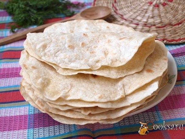 Тонкие тортильи из пшеничной или кукурузной муки — основа для многих блюд мексиканской кухни: буррито, фахитас,кесадилья.Приготовить такие лепёшки в домашних условиях совершенно просто.Эти лепёшки можно подавать вместо хлеба к первым блюдам,особенно к супам.