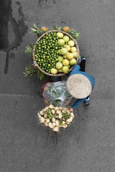 У Азии невероятная атмосфера: шум дорог, создаваемый мопедами, туда-сюда снующие туристы и местные жители и, конечно же, уличные торговцы Именно таким и предстает Ханой для путешественников