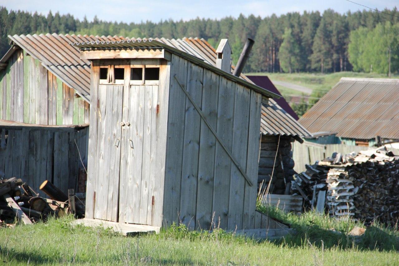 Ещё одна малая архитектурная форма. Двухместный туалет типа ″сортир″. Обратите внимание на деревянный короб вытяжной вентиляции выгребной ямы! Всё продумано! (04.07.2014)