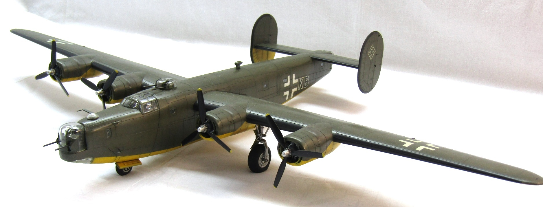 B-24H Liberator 1/72 (Academy) YhWzMDpdPZE