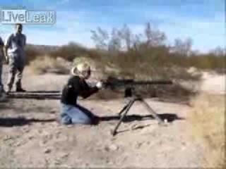 Осторожно. Блондинка и пулемёт.