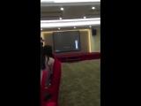 Видео 180620 Песня Джексона Papillon играла после сдачи Национального Экзамена на выпускной вечеринке.