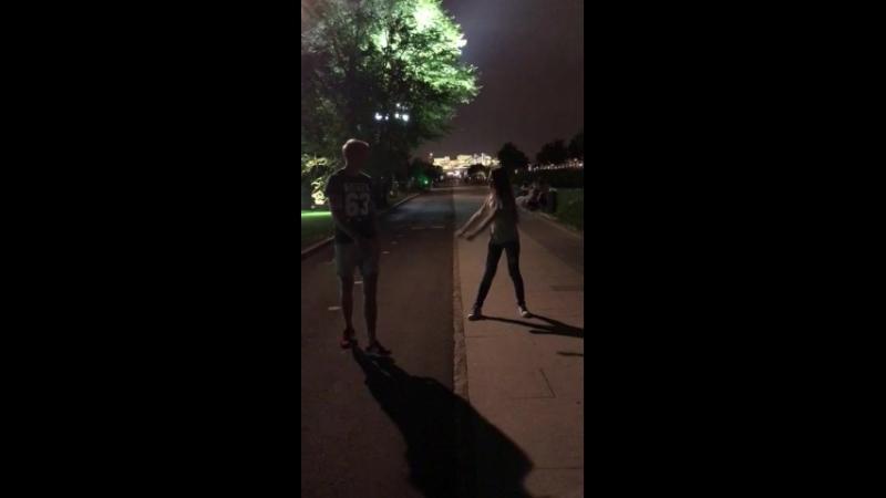 Настя учит яшу танцы вать