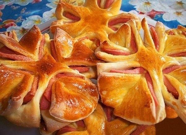 Колбасные цветочки Можно использовать готовое слоеное тесто Ингредиенты: – молоко