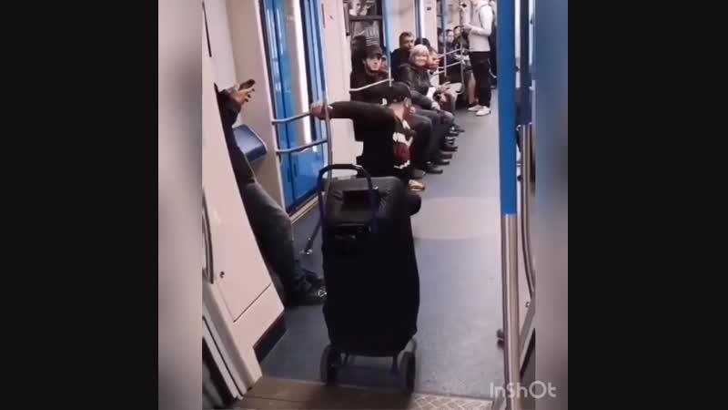 Танцор в вагоне метро