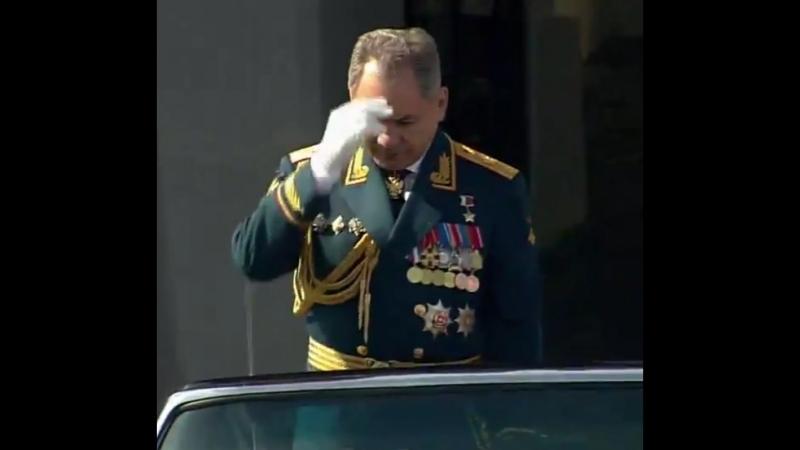 Генерал Армии Шойгу перекрестился перед началом Парада Победы