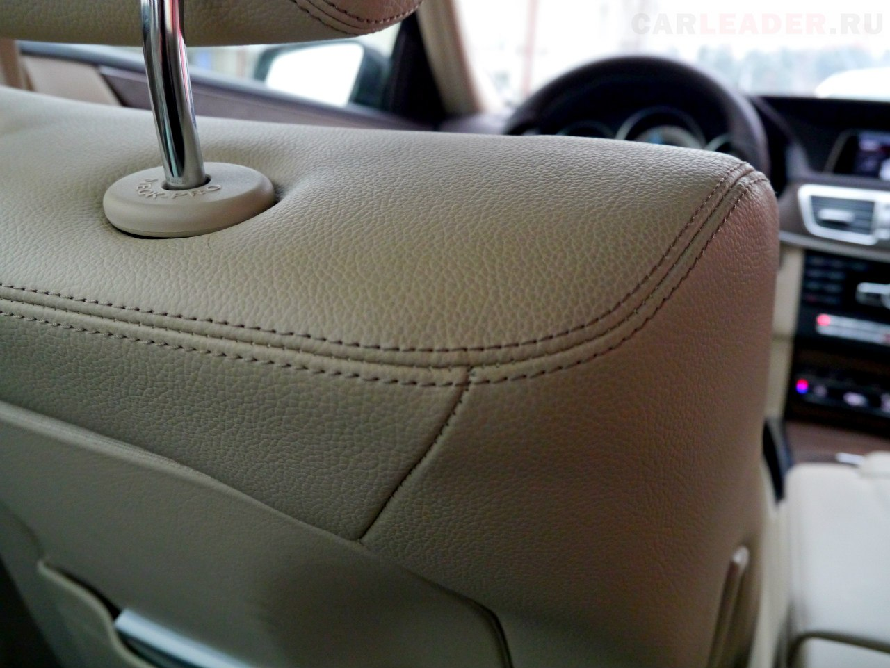 Кремовая кожа Artico смотрится недешево, несмотря на то, что она искусственная. Как впрочем и кожа Dakota у BMW. Вот только сшита она ровно и без кривизны в Mercedes-Benz E 2014, в отличие от кожи в BMW 5 2012.