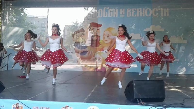 Праздник в Нарымском сквере: Королева красоты (танец)