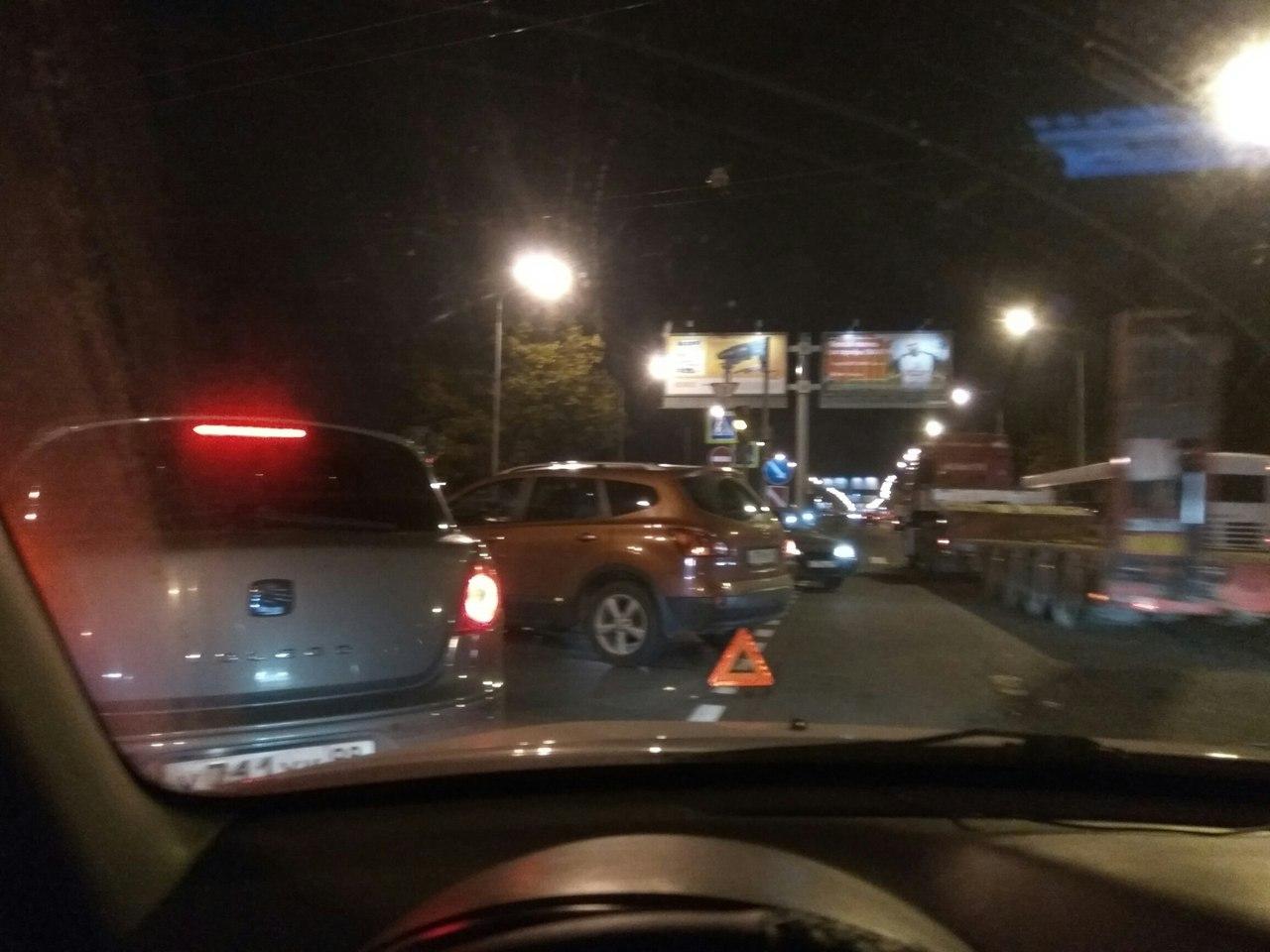 """В Петербурге водитель """"Жигули"""" парализовал движение транспорта в обе стороны"""