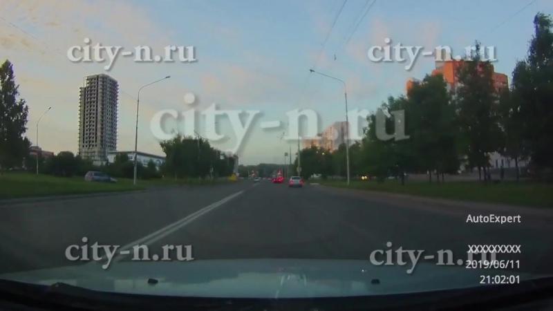 Лихому водителю не страшны ни двойная сплошная, ни поворот направо из третьей полосы