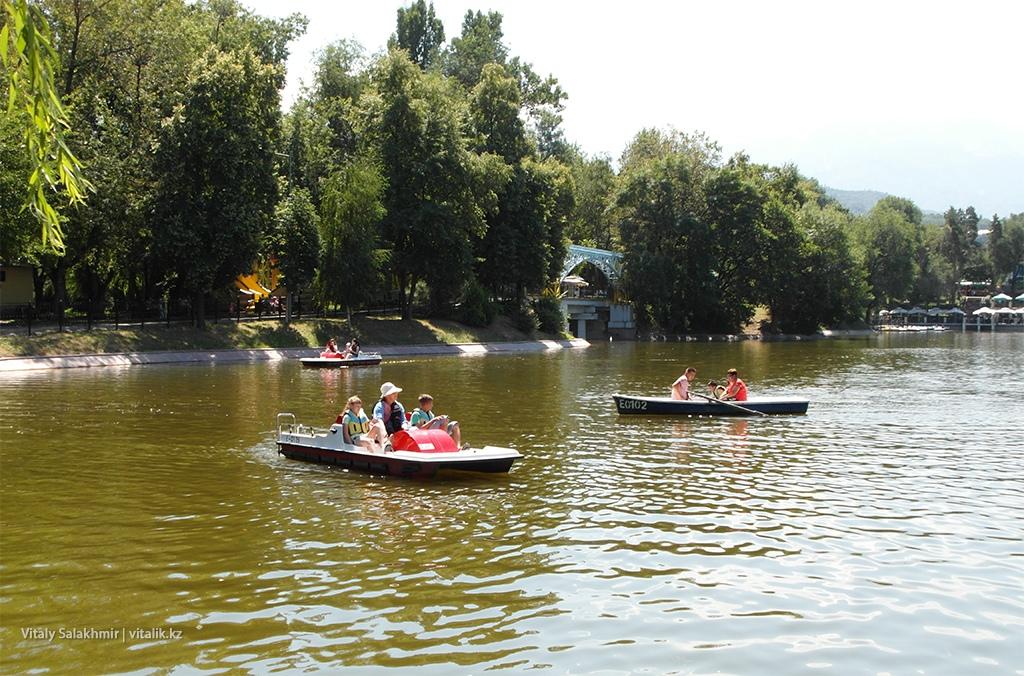 Катамараны на озере, Центральный парк Горького, Алматы 2018